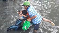 """Nước ngập lút bánh xe máy vì vỡ bờ bao, người Sài Gòn """"bơi"""" trên đường ngày đầu tuần"""