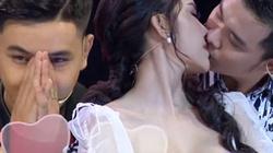 Hoa khôi bị chỉ trích vì hôn người khác đắm đuối trước mặt bạn trai trên sóng truyền hình