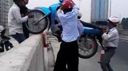 """""""Giải cứu"""" xe vi phạm chốc lát, """"hốt bạc"""" trên cầu Thanh Trì"""