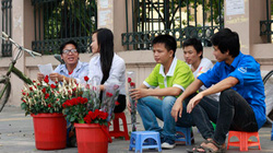 Sinh viên bán hoa kiếm tiền làm từ thiện và... ăn sữa chua mít