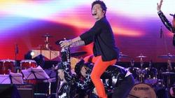 """Tuấn Hưng cưỡi...""""xe đạp người"""" trên sân khấu"""