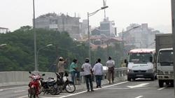 Xe ôm tranh khách, dân nhộn nhịp đi bộ ở đường cao tốc trên cao