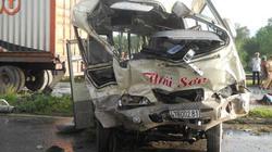 Xe khách tông container, 10 người thương vong