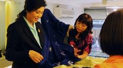 Thủ tướng Thái Lan thăm nhà sàn Bác Hồ, mua lụa Hàng Gai