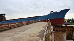 """Bão giật đứt neo, 2 tàu hàng ngàn tấn """"cắt"""" nát cầu Diêm Điền"""