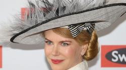 Nicole Kidman làm duyên với kiểu mũ lạ mắt