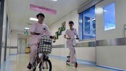 Nữ y tá, hộ lý phóng xe vèo vèo trong bệnh viện