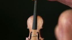 Đàn violin bé hơn ngón tay, giá 1.000 bảng Anh