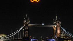 Đĩa bay màu cam rực sáng trời đêm London