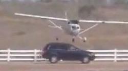Thót tim thấy máy bay chạm vào nóc ô tô