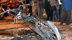 Hà Nội: Đốt xe máy giữa phố, bị xăng bắn vào người