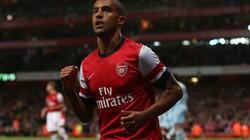 """Arsenal dùng Walcott làm """"vật tế thần"""""""