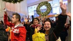 """Dân Mỹ đổ xô đi mua sắm trong """"Ngày thứ sáu đen tối"""""""