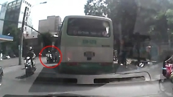 """Quay được cảnh xe buýt """"hung thần"""" lao trên đường"""