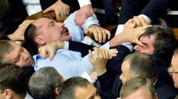 """Các ông nghị Ukraina """"choảng nhau"""" ở Quốc hội"""