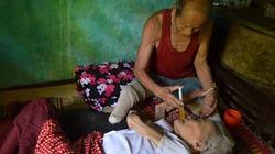 Cụ ông 87 tuổi, cụt 2 chân chăm vợ già liệt giường