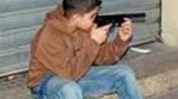 Nam sinh 11 tuổi đem súng đến trường dọa bạn
