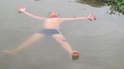 """Cậu bé """"người cá"""" nằm cả ngày trên nước không chìm"""
