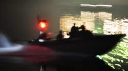 Cứu hai ngư dân bị sóng đánh chìm tàu trong đêm