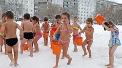 Trẻ mẫu giáo mặc bikini, tắm nước lạnh ở -10 độ C