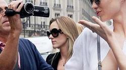 """""""Thả rông"""" ngực táo bạo, Miranda Kerr khiến cánh săn ảnh bận rộn"""