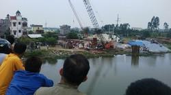 Bị hàng chục tấn sắt đè xuống sông, nam công nhân tử vong