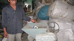 Nông dân sáng chế máy dập lon phế liệu