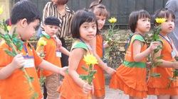 Các bé mẫu giáo ngoan ngoãn xếp hàng, cầm hoa về nhà Đại tướng