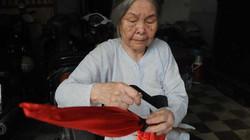 Quốc tang Đại tướng: Cụ bà 98 tuổi lặng lẽ quấn khăn đen lên cờ