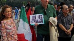 Hai người nước ngoài cầm cờ rủ dõi theo Lễ viếng Đại tướng