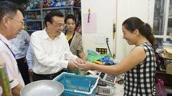 Thủ tướng Trung Quốc giản dị đi mua đồ ở Hà Nội
