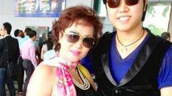 Vũ Hoàng Việt niềm nở ra sân bay đón bồ già