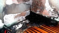 Đóng điện lại sau bão, hai nhà dân bốc hỏa