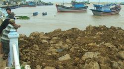 Doanh nghiệp hỗ trợ chống sạt lở cảng cá