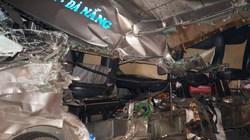 """Sau tai nạn kinh hoàng, xe khách bị """"gọt"""" trơ khung, kính văng xa 50m"""