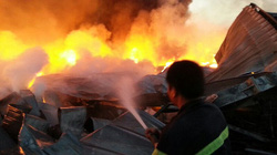 Cháy ở nhà máy Diana Bắc Ninh: Lửa ngùn ngụt, mái tôn đổ sầm sập