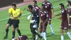 SỐC: Cãi lệnh, cầu thủ bị trọng tài... đấm gục xuống sân