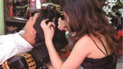 Ngoáy tai... sexy với chân dài, váy ngắn giữa Sài Gòn