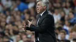 """Để thua Barcelona, HLV Ancelotti """"tố cáo"""" trọng tài"""