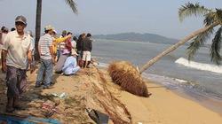 Chùm ảnh: Dân đổ xô ra cửa biển bày tỏ bức xúc với lãnh đạo tỉnh