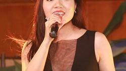 Váy xẻ tới rốn, ca sĩ Ngọc Anh lộ ngực tại tiệc từ thiện