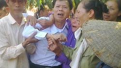 Dân làng mừng đón người trở về sau 10 năm thụ án oan