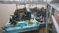 Khánh Hòa: 6 sà lan bị lũ cuốn tông thẳng vào cầu Phú Lộc