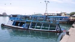 Một tàu du lịch chìm trên vịnh Hạ Long