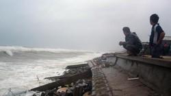 Kè biển bị sóng đánh vỡ 150m, người dân vẫn vô tư... đứng xem