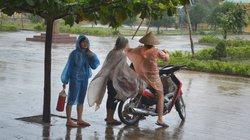 Nhà dân cài chặt chốt,sóng cao hàng mét xô bờ