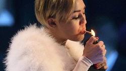 Diện quần chíp, Miley Cyrus phì phèo thuốc trên sân khấu