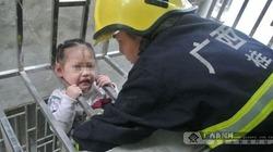 Chùm ảnh bé gái 3 tuổi lọt chấn song sắt, treo lơ lửng giữa trời