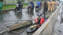 """HY HỮU: Cột điện """"bay"""" ra đường đè bẹp xe máy ở TP.Hồ Chí Minh"""