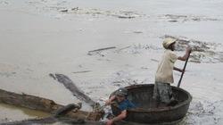 Lũ lớn, dân vẫn liều mình vớt củi giữa dòng nước cuộn xiết